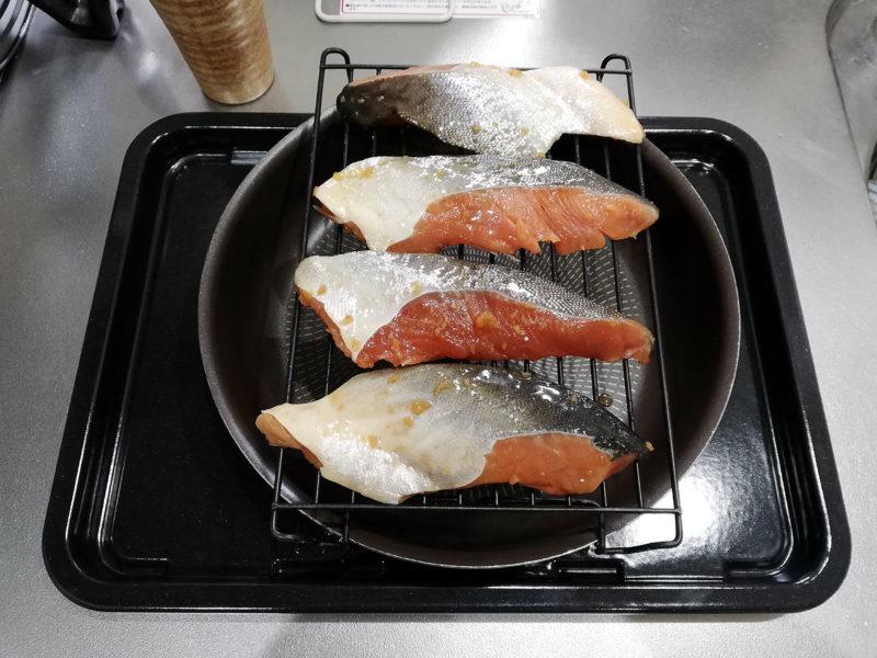 焼魚 鮭 網に乗せた写真