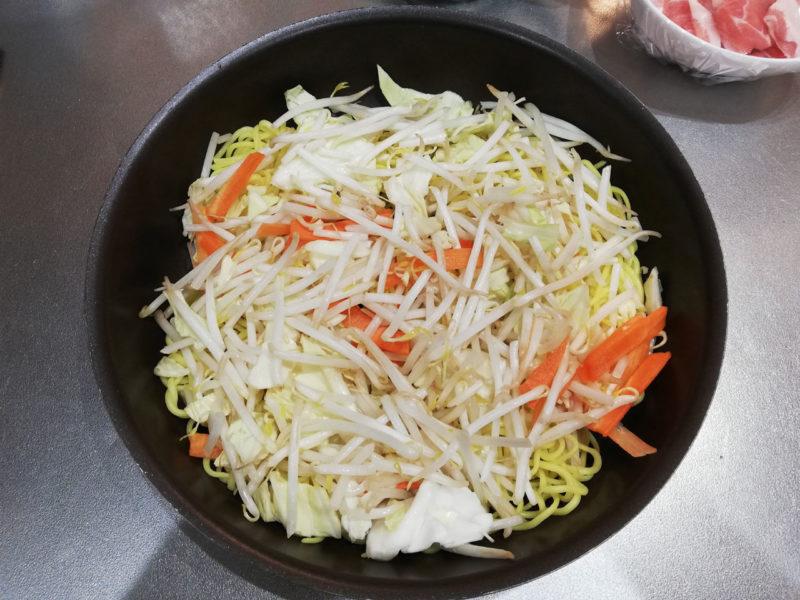 フライパンに麺と野菜