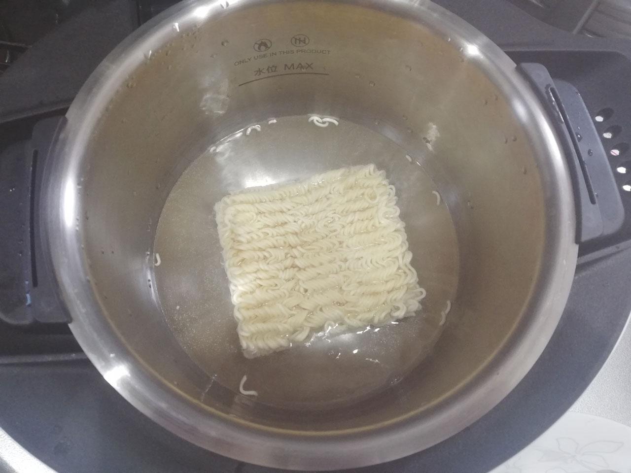 内鍋にインスタント麺