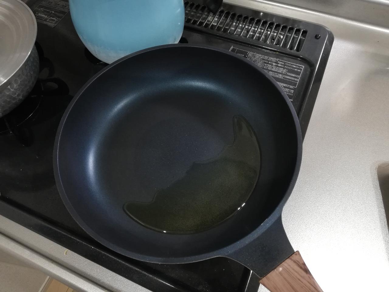 熱したフライパンにサラダ油