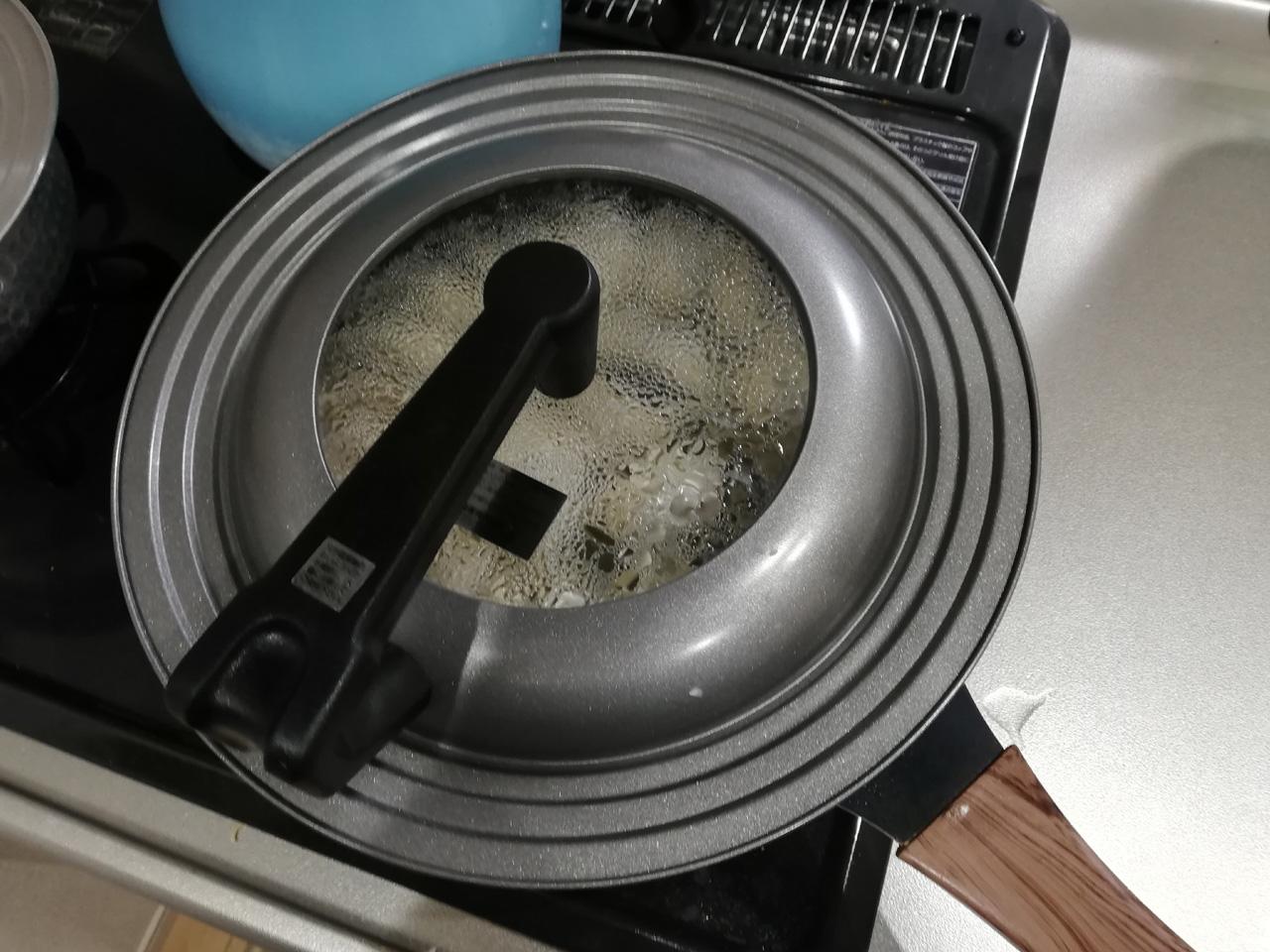 冷凍餃子に水を入れて蓋をして蒸す