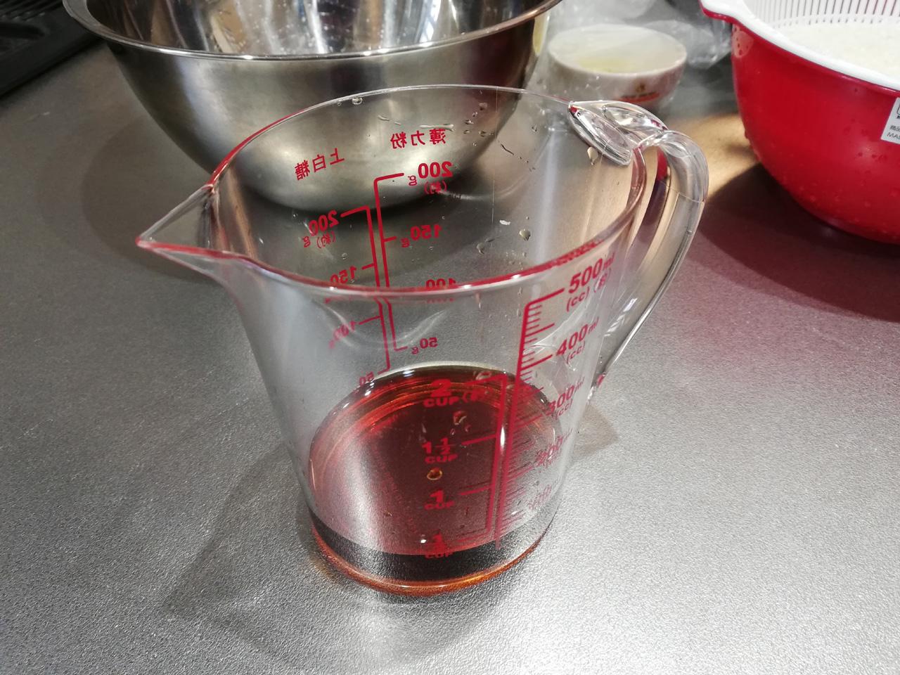 計量カップに調味料