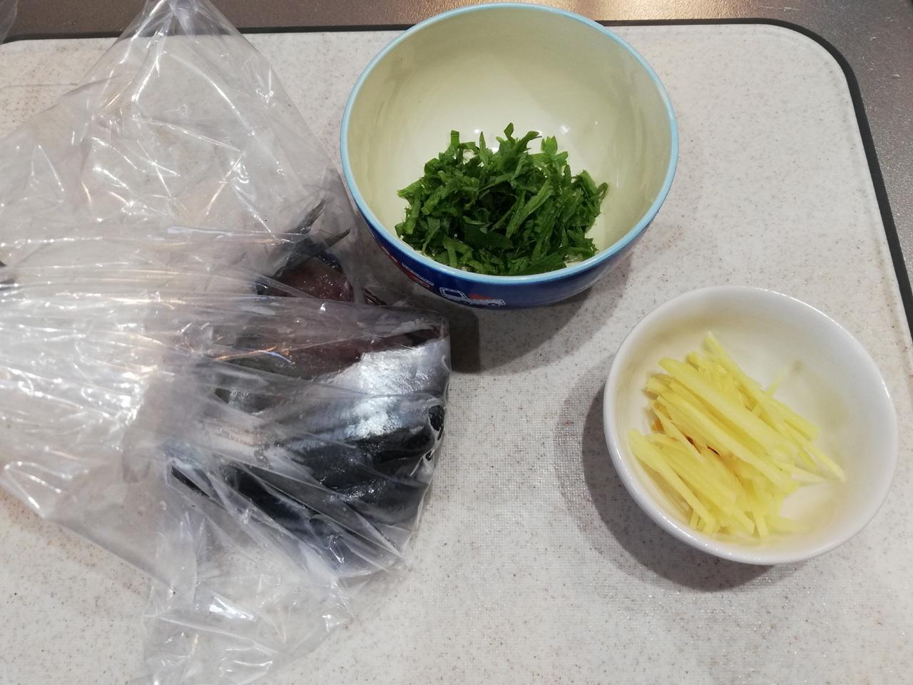秋刀魚の開きと紫蘇、針生姜