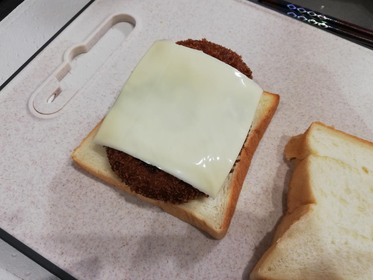 チーズとソースを塗る