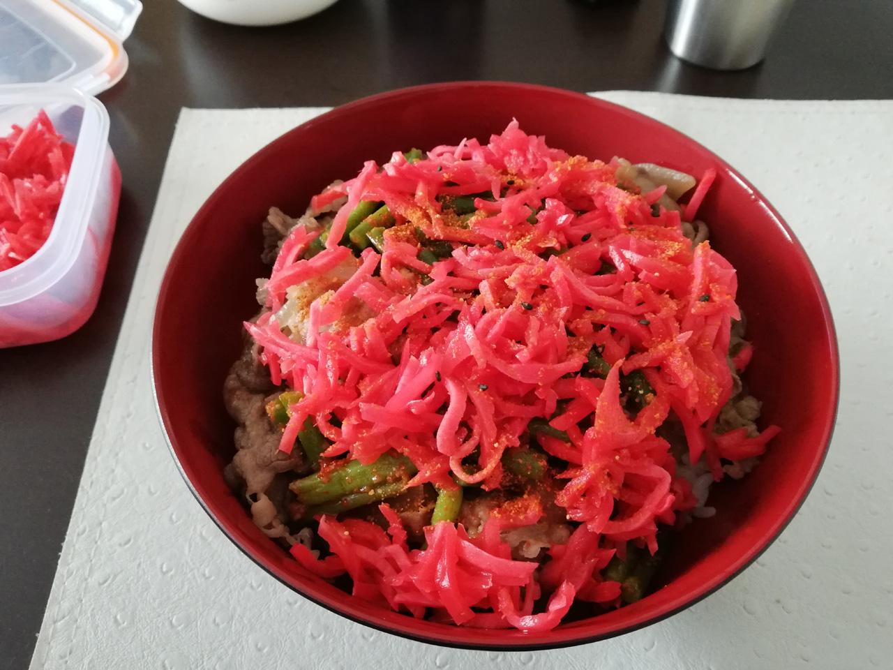 紅ショウガ大盛りのニンニクの芽牛丼