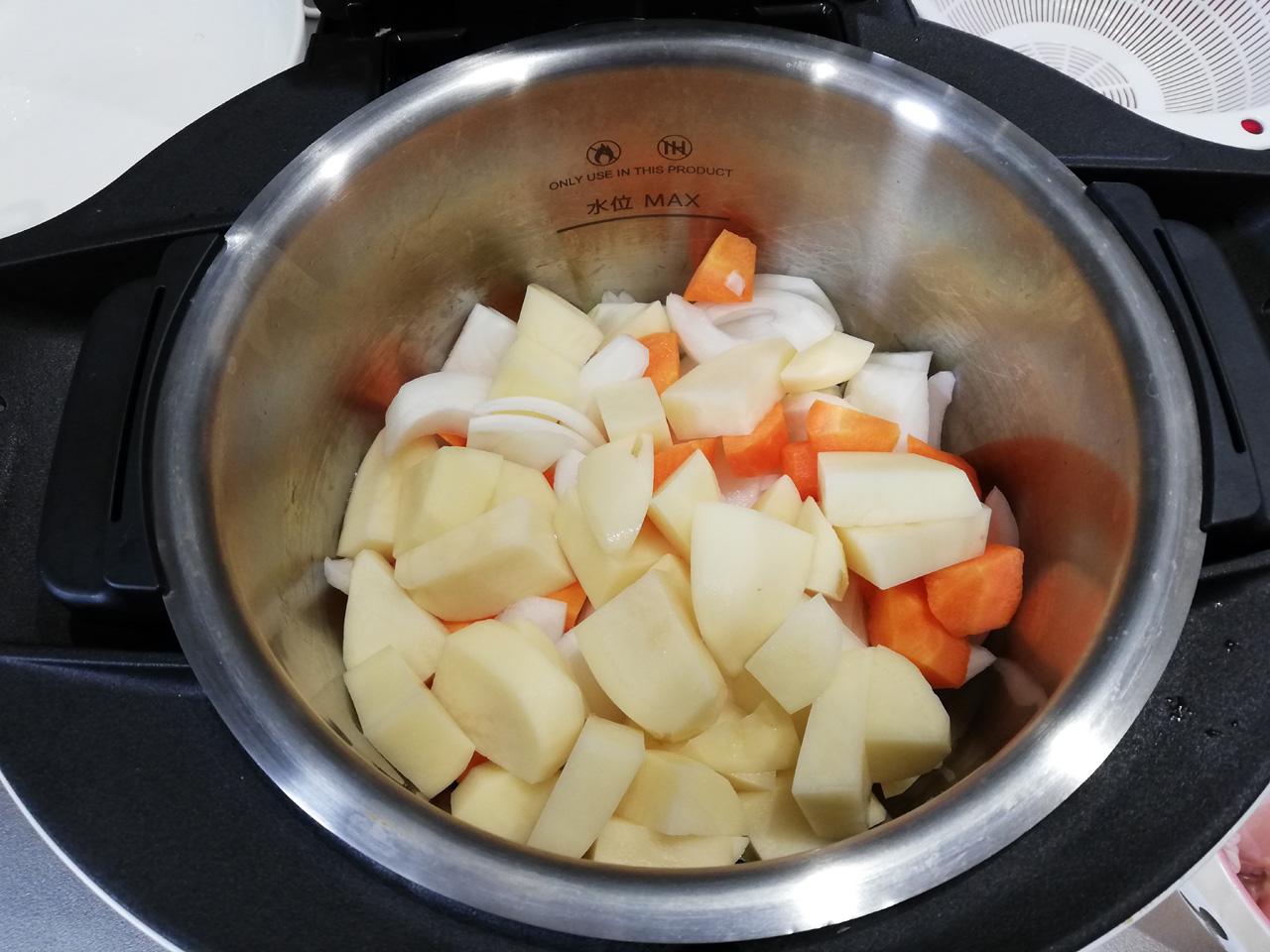 ジャガイモを追加した内鍋