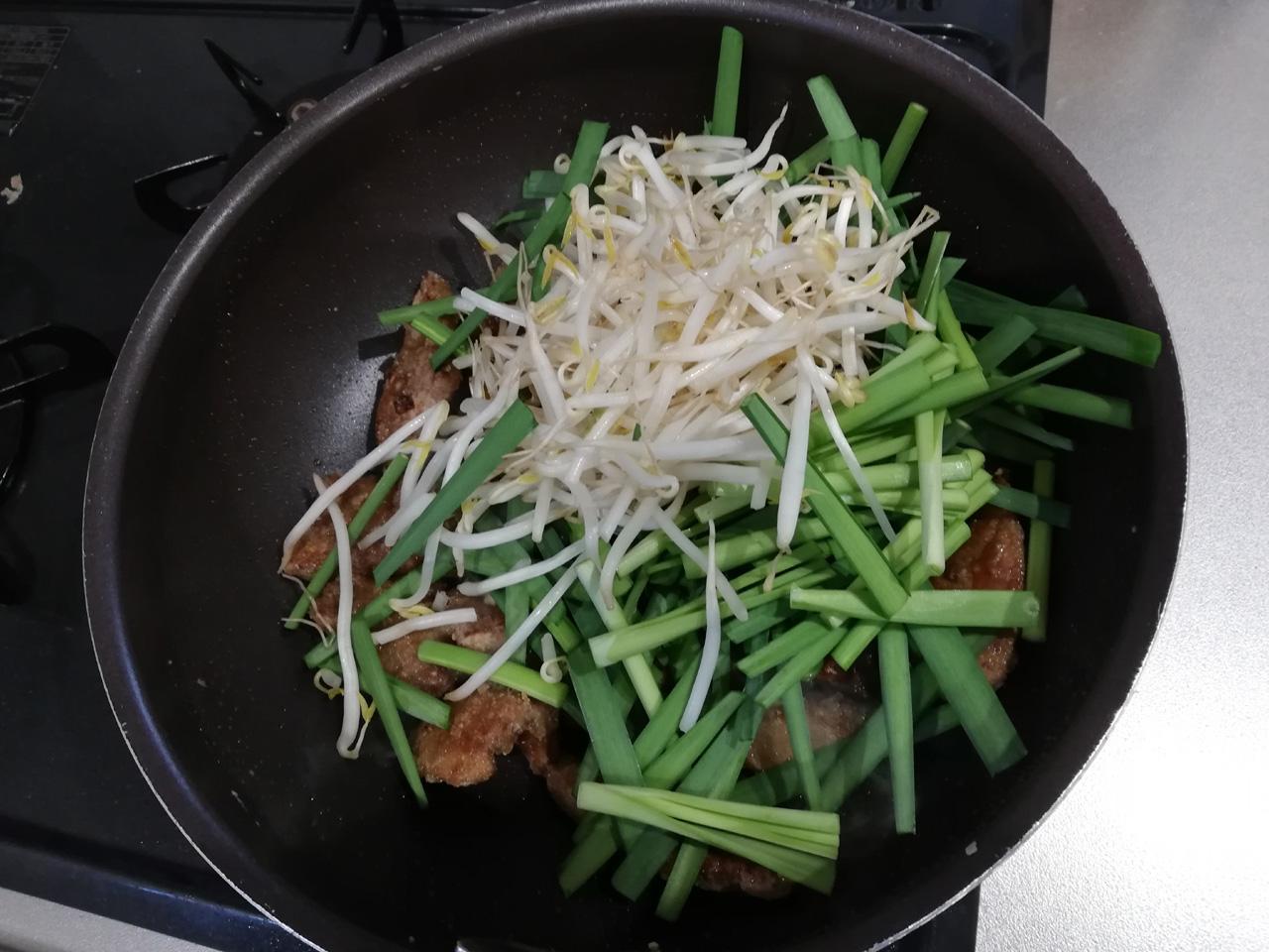 レバーに野菜を入れて炒める
